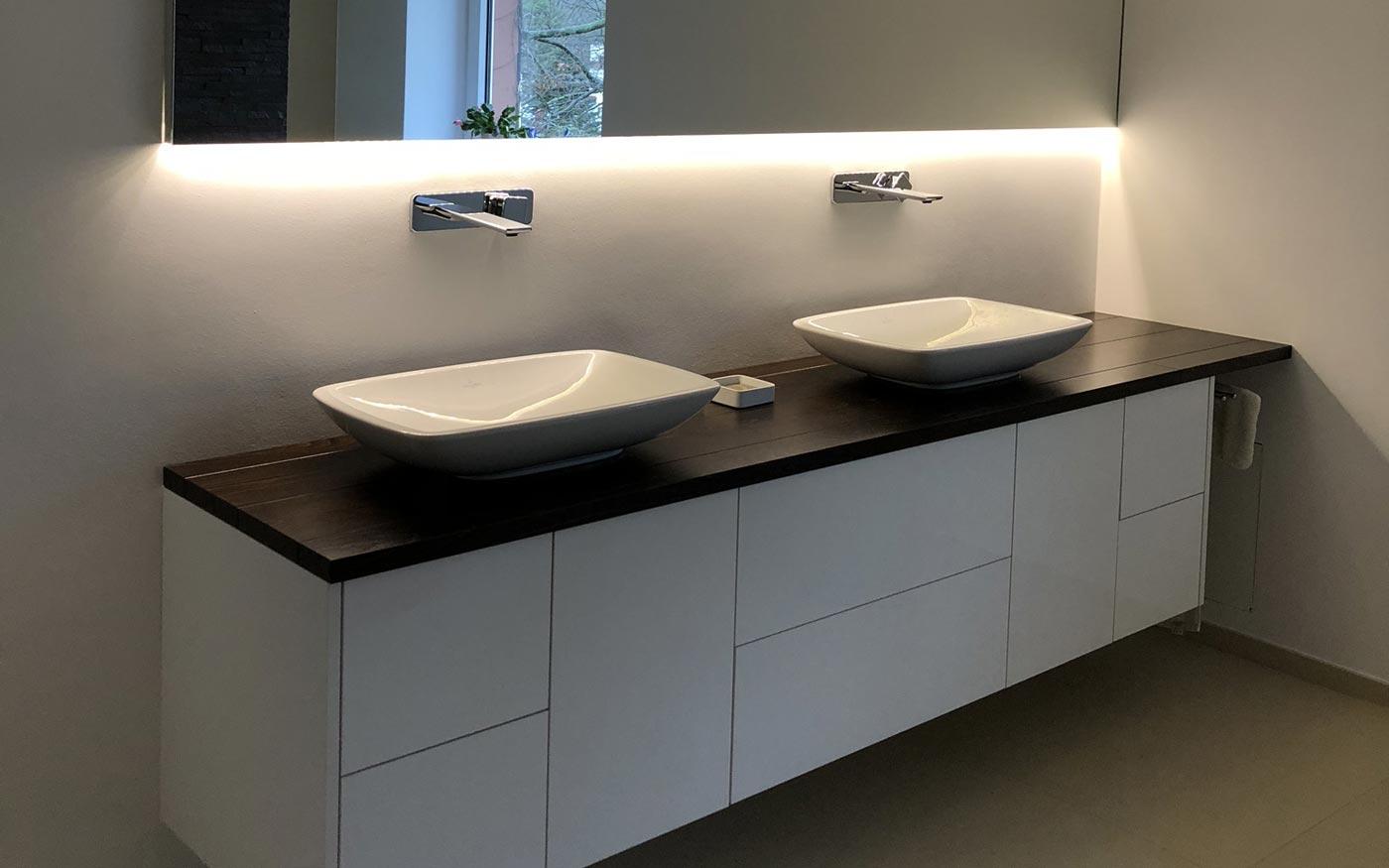 Bad mit individuell vom Tischler angefertigtem Waschbecken-Schrank