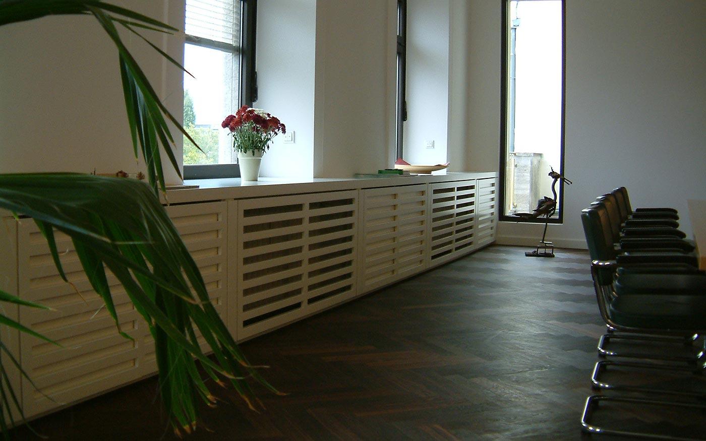 Moderne Heizkörperverkleidung im Konferenzraum