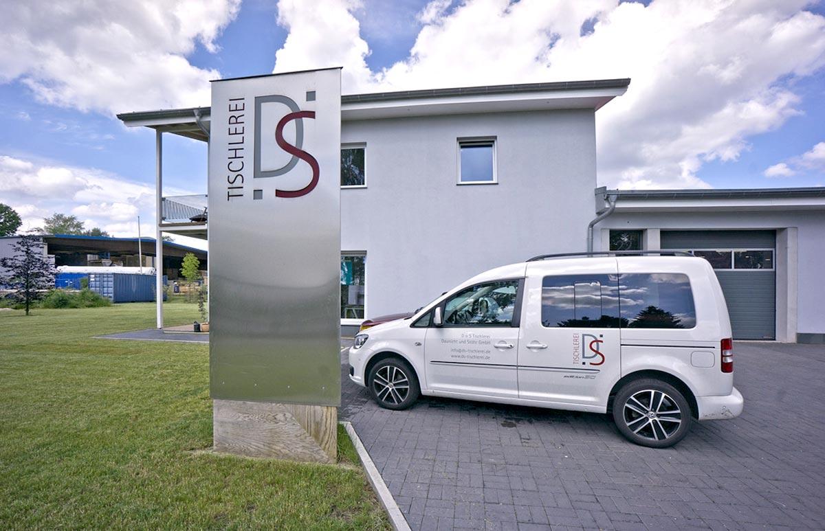Gebäude und eines der Firmenfahrzeuge der D+S Tischlerei Daunicht + Stöhr GmbH