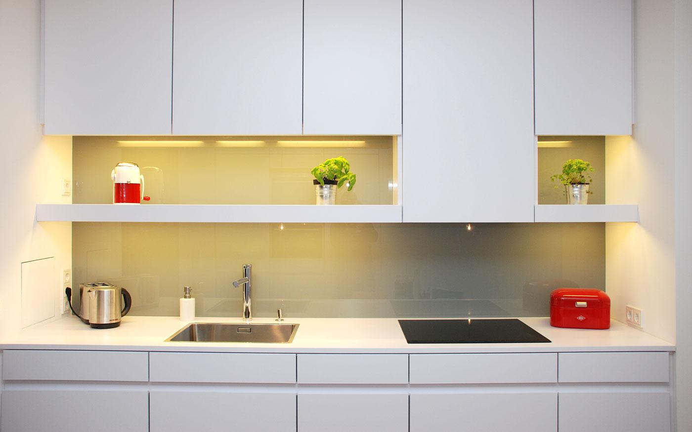 Weiße Küche, Tischler-Arbeit
