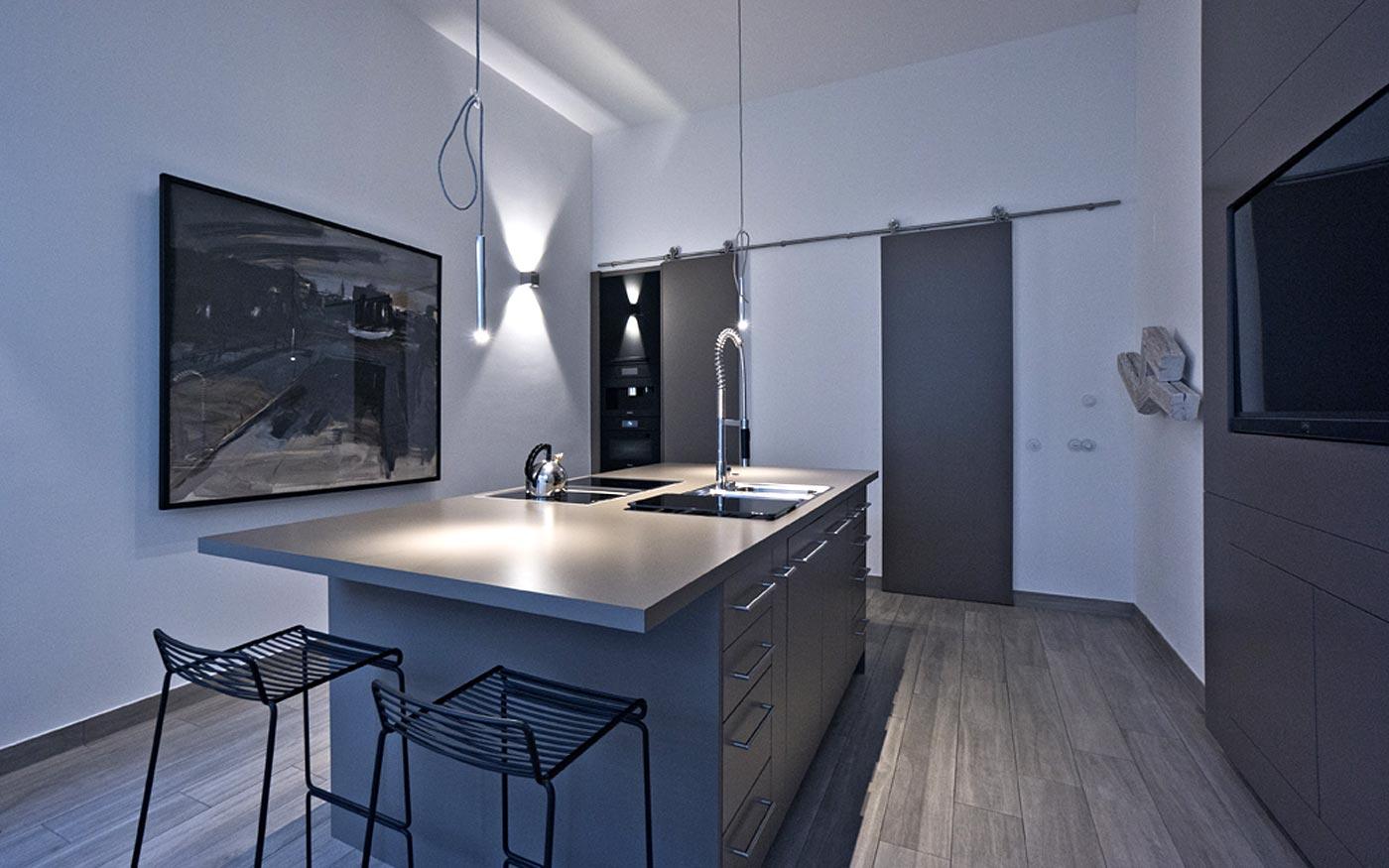 Moderne Küche in Grau und Weiß
